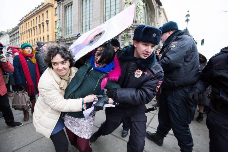 У центрі Петербурга затримали співаючих феміністок