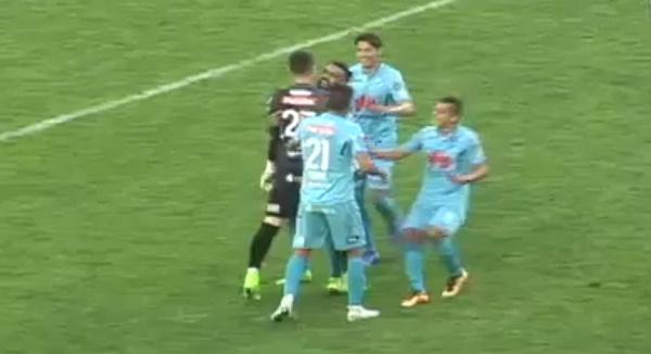 В матчі чемпіонату Болівії з футболу воротар забив ударом зі своєї половини поля