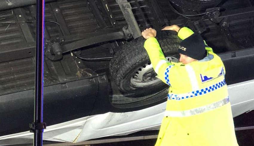 британський поліцейський голими руками утримував фургон